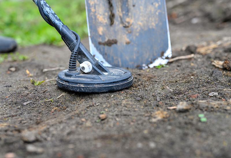 bobina Electrónico detector de metales dispositivo para la búsqueda de un tesoro y los pies de un hombre en el suelo (2)